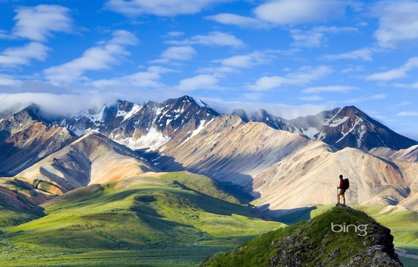 Картинка небо, трава, облака, снег, горы, путешественник, вершина, рюкзак, турист