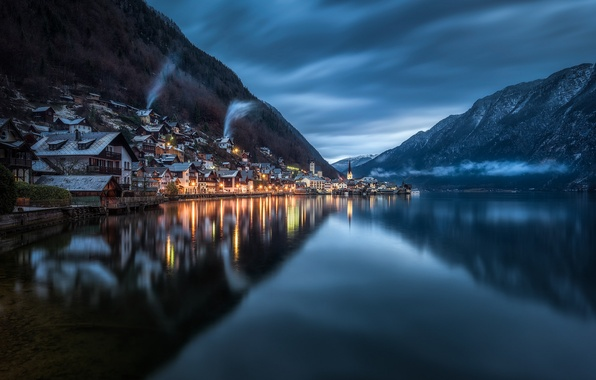 Картинка лес, небо, горы, тучи, озеро, отражение, дома, вечер, Австрия, освещение, сумерки, Austria, Hallstatt, Гальштат, Upper ...