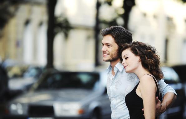 Картинка машина, девушка, любовь, поза, улыбка, романтика, женщина, нежность, мужчина, парень, свидание, обьятия, приласкать