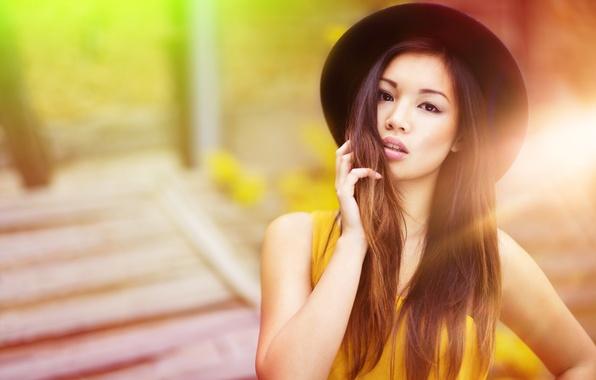 Картинка девушка, лицо, фон, волосы, рука, шляпа, губы