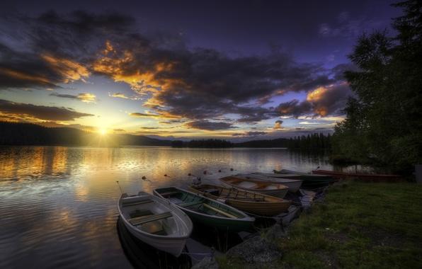 Картинка лес, небо, облака, деревья, закат, река, берег, лодки, вечер, зарево, лучи солнца