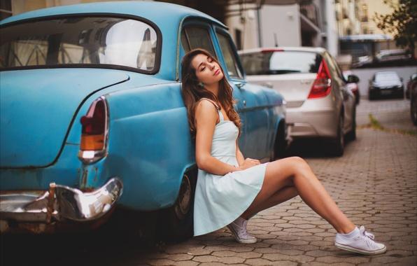 Картинка авто, девушка, машины, улица, кеды, платье, брюнетка, ножки