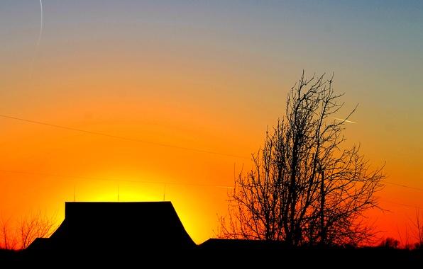 Картинка крыша, небо, облака, закат, дом, дерево, силуэт, зарево