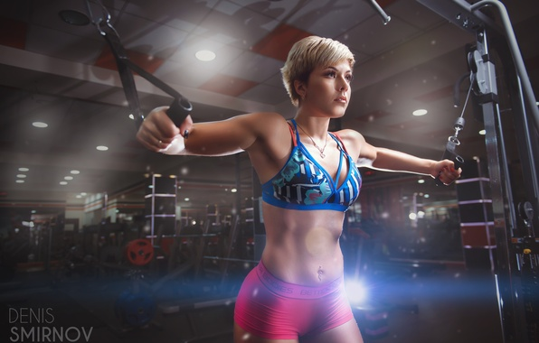 Картинка девушка, фигура, пирсинг, блондинка, шортики, спортивная, фитнес, бюстгальтер, тренажер, спортзал, упражнение