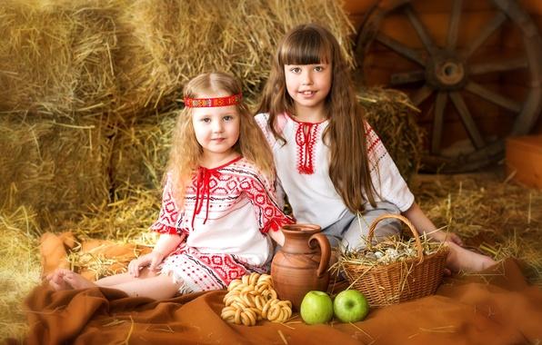 Картинка лето, детство, корзина, волосы, яблоки, девочки, яйца, колесо, деревня, кувшин, сеновал, улыбки, костюмы, сушки