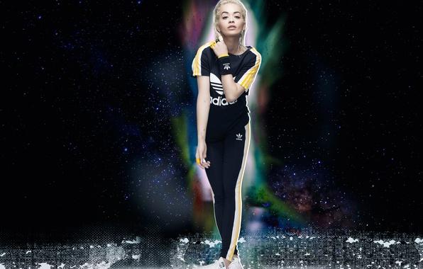 Фото обои небо, звезды, сияние, фон, модель, одежда, реклама, футболка, блондинка, костюм, певица, кроссовки, фотосессия, Adidas, штаны, ...