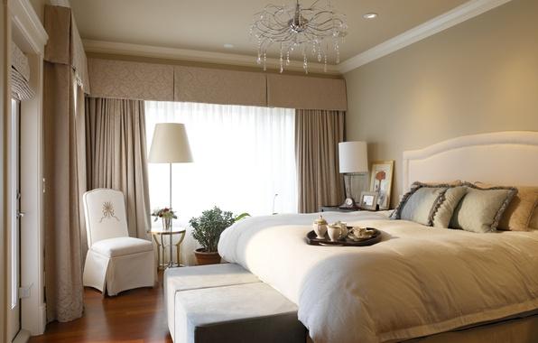 Картинка дизайн, комната, лампа, кровать, интерьер, кресло, подушки, красиво, люстра, шторы, спальня, завтрак в постель