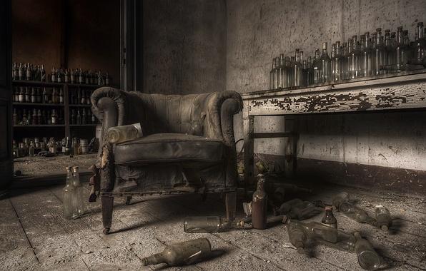 Картинка комната, кресло, бутылки