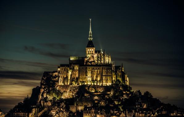 Картинка свет, замок, Франция, остров, вечер, крепость, France, island, castle, Нормандия, Normandy, Мон-Сен-Мишель, Mont Saint-Michel, лгни, …