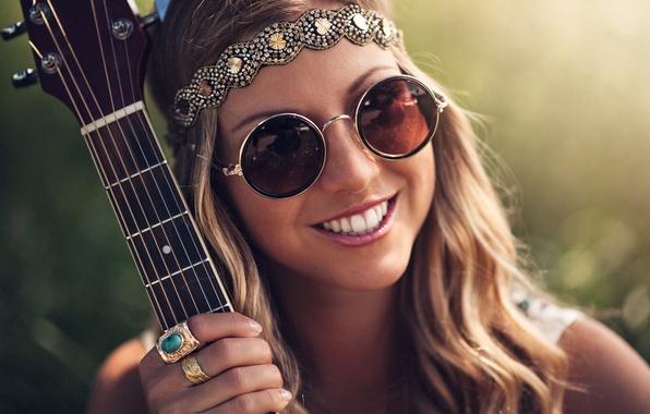 Картинка девушка, украшения, улыбка, гитара, кольца, хиппи, очки, шатенка
