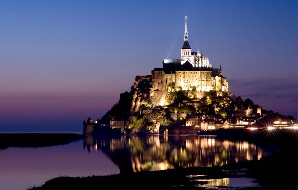 Картинка небо, вода, огни, отражение, замок, сиреневый, Франция, остров, вечер, подсветка, крепость, синее, France, island, castle, …