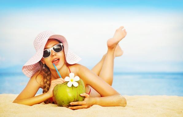 Картинка море, пляж, купальник, небо, девушка, солнце, настроение, шляпа, горизонт, сок, очки, лежит, трубочка, шатенка, на …