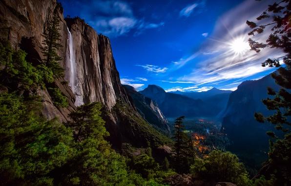 Картинка лес, небо, звезды, свет, горы, ночь, огни, скалы, луна, водопад, долина, США, национальный парк Йосемити