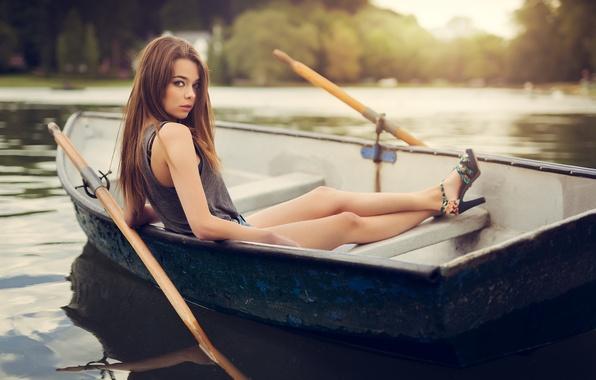 Картинка лето, вода, девушка, природа, лодка, майка, шатенка, босоножки