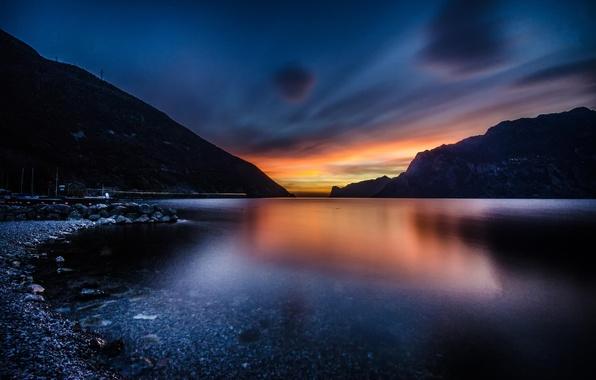 Картинка небо, вода, закат, горы, озеро, берег, вечер, Италия, Гарда
