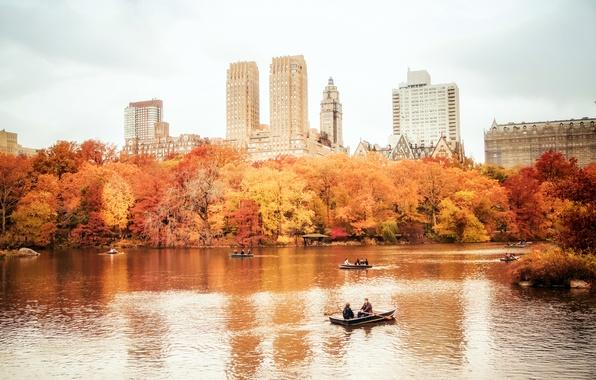 Картинка осень, деревья, природа, город, озеро, люди, здания, дома, Нью-Йорк, небоскребы, лодки, USA, США, Манхэттен, New …