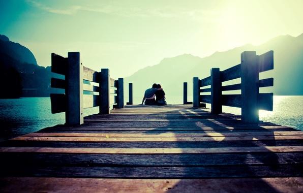 Картинка море, небо, вода, девушка, солнце, горы, мост, фон, отдых, widescreen, обои, романтика, настроения, женщина, пара, …