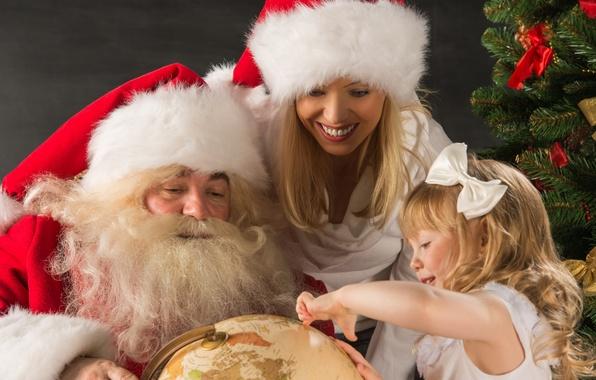 Картинка девушка, улыбка, праздник, шапка, елка, новый год, Рождество, девочка, Дед Мороз, глобус