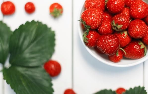 Картинка белый, лето, листья, макро, стол, еда, Клубника, ягода, красная, витамины, полезное