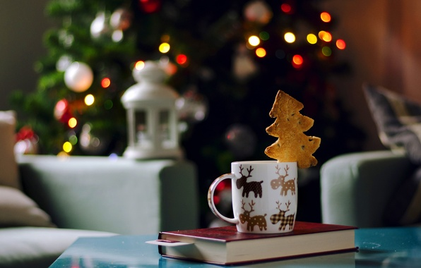 Картинка огни, кресло, Новый Год, печенье, Рождество, фонарик, фонарь, чашка, книга, ёлка, гирлянда, праздники, елочка