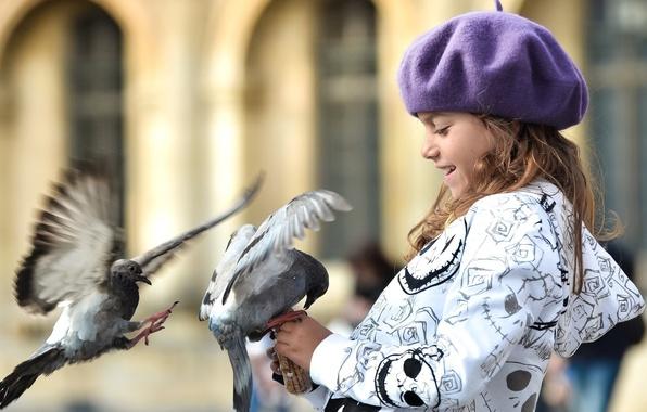 Картинка птицы, дети, улыбка, widescreen, птица, обои, настроения, шапка, голубь, размытие, голуби, девочка, wallpaper, прогулка, широкоформатные, …