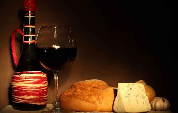 Картинка вино, красное, бокал, бутылка, сыр, лук, хлеб, чеснок