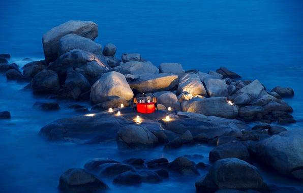 Картинка камни, океан, романтика, вечер, свечи, фонари, столик
