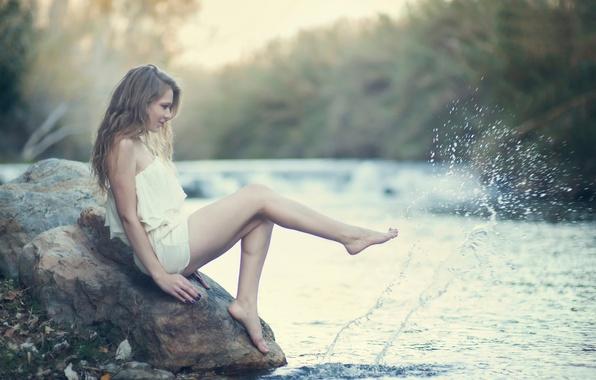 Картинка вода, девушка, брызги, камень, ножки