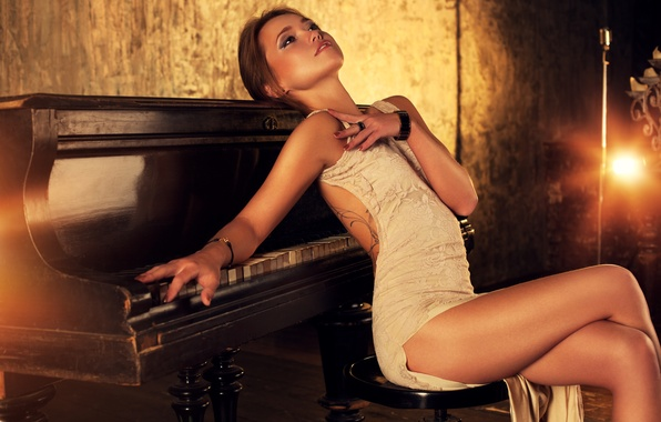 Картинка девушка, поза, фигура, платье, рояль, тату, прическа, шатенка, ножки, красивая, пианино, сексуальная