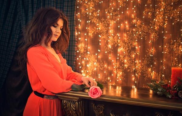 Картинка девушка, праздник, роза, свеча, гирлянды