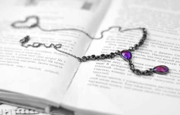 Картинка фиолетовый, текст, стиль, камни, фон, обои, ожерелье, кулон, книга, украшение, цепочка, книжка, страницы, wallpapers, аксессуар