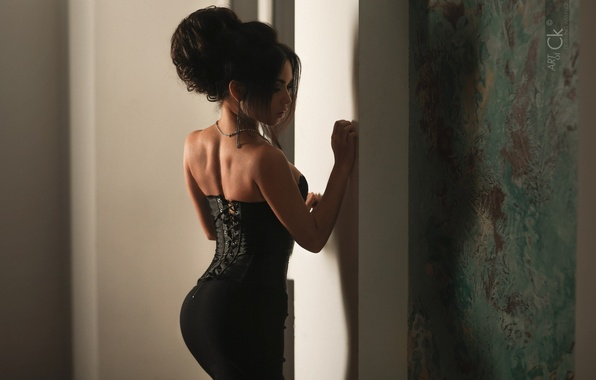 Картинка девушка, спина, юбка, брюнетка, бусы, корсет, Photographer, Stepan Kvardakov