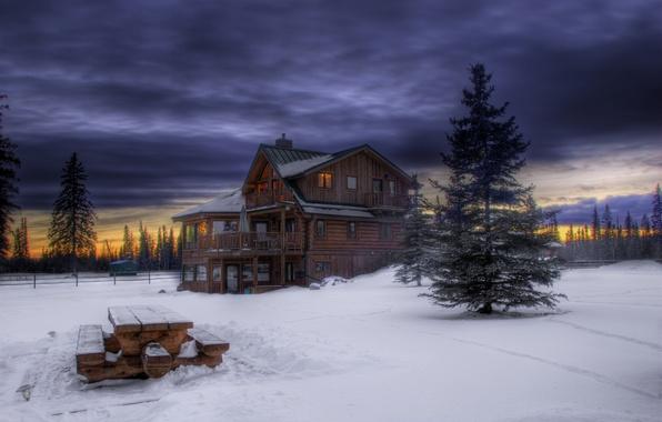 Картинка лес, небо, снег, деревья, закат, тучи, елки, Зима, вечер, деревянный, домик, сумерки, столик