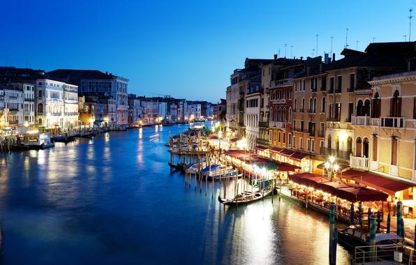 Картинка люди, здания, дома, лодки, вечер, освещение, фонари, Италия, Венеция, кафе, архитектура, Italy, гондолы, Venice, Гранд-канал, …