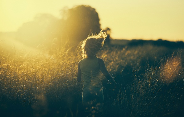 Картинка трава, солнце, фото, бег, девочка, винтаж