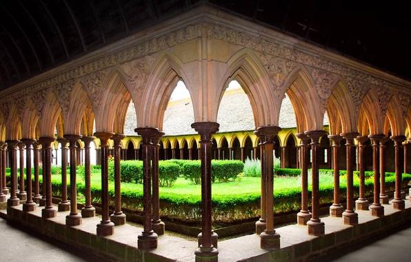 Фото обои Франция, сад, двор, монастырь, Нормандия, Мон-Сен-Мишель, аббатство