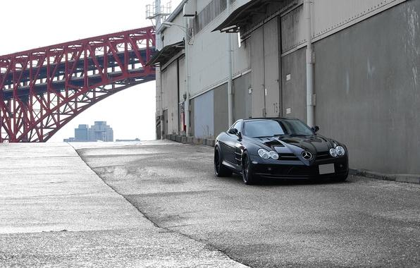 Картинка красный, мост, чёрный, red, black, Mercedes Benz, вид спереди, bridge, SLR McLaren, МакЛарен, Мерседес Бенц