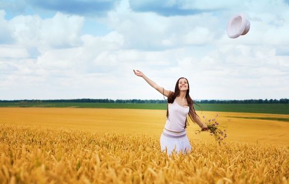 Картинка поле, девушка, деревья, радость, счастье, улыбка, фон, движение, widescreen, обои, настроения, листва, позитив, wallpaper, широкоформатные, …