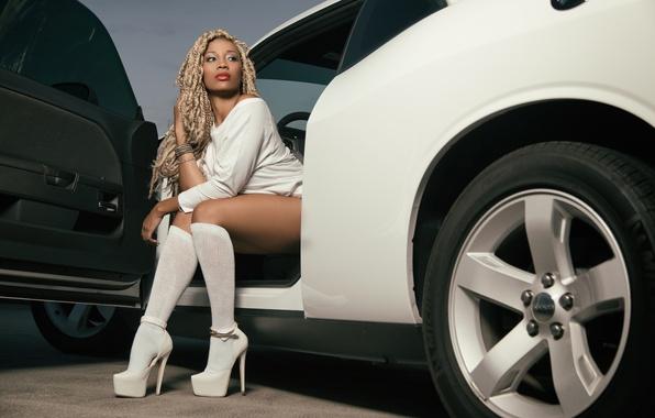 Картинка машина, авто, ноги, туфли, гольфы, дреды, афроамериканка