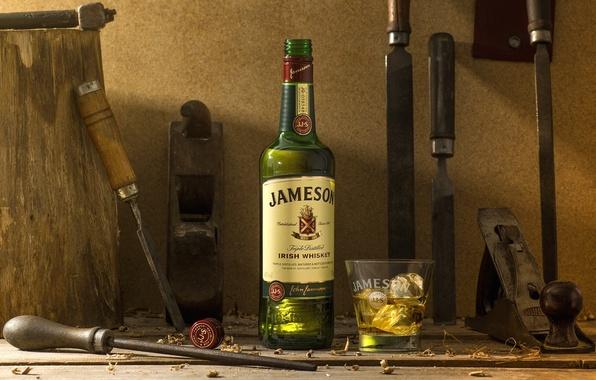 Фото обои бутылка, лед, инструменты, напильник, долото, виски, стакан, алкоголь