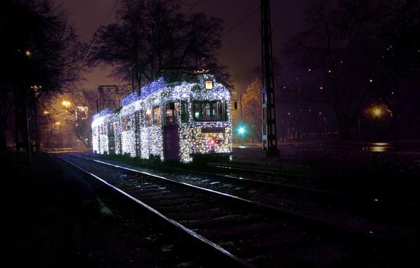 Картинка зима, дорога, деревья, ночь, город, рельсы, освещение, фонари, трамвай, гирлянды, Венгрия, Hungary, Будапешт, Budapest, Magyarország