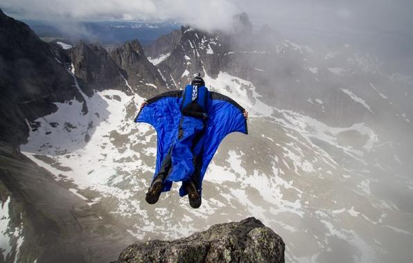 Картинка облака, горы, скалы, парашют, контейнер, пилот, экстремальный спорт, вингсьют, бейсджампинг, бейсер