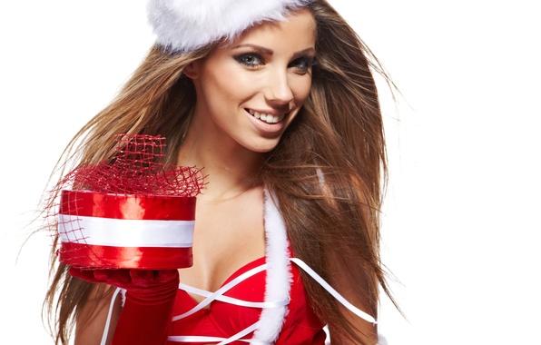 Картинка девушка, улыбка, коробка, подарок, шапка, Новый Год, Рождество, красные, белый фон, перчатки, снегурочка, шатенка, праздники, …