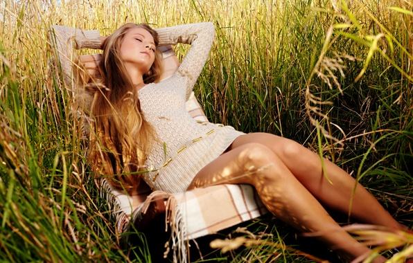 Картинка трава, девушка, свежий воздух, сон, кресло, луг, кофта, динные волосы
