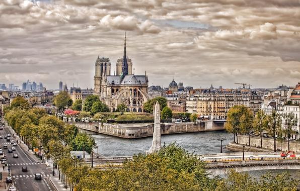 Картинка дорога, небо, машины, тучи, мост, город, река, Франция, Париж, Сена, Paris, Собор Парижской Богоматери, France, …