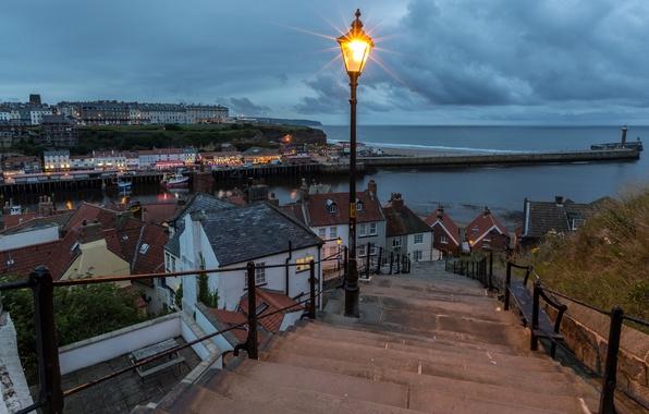 Картинка море, тучи, огни, побережье, маяк, Англия, дома, вечер, причал, горизонт, фонари, лестница, Whitby