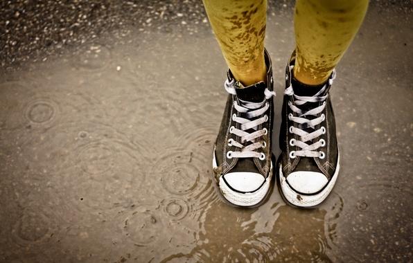 Картинка дождь, лужа, шнурки, гязь, Кеды