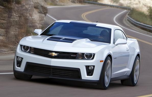 Картинка дорога, белый, купе, шевроле, мускул кар, camaro, chevrolet, передок, Muscle car, камаро, zl1