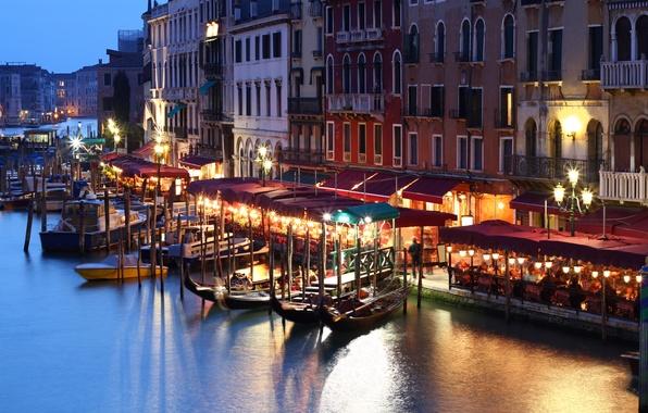 Картинка люди, здания, дома, лодки, вечер, фонари, Италия, Венеция, канал, кафе, Italy, гондолы, Venice