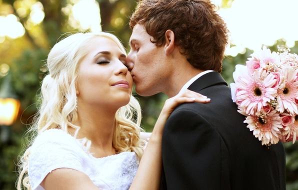 Картинка поцелуй, букет, блондинка, невеста, жених